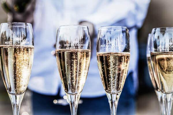 champagner-flöte-beim-servieren